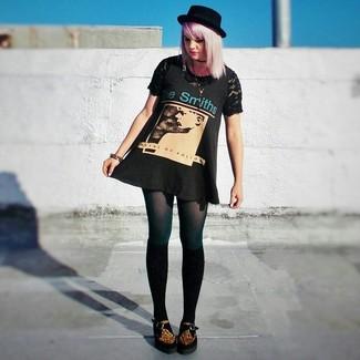 Comment porter: robe débardeur imprimée noire, t-shirt à col rond en dentelle noir, mocassins plateforme en daim imprimés léopard marron, chaussettes montantes noires