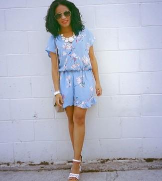 Comment porter: robe décontractée à fleurs bleu clair, sandales à talons en cuir blanches, sac bandoulière gris
