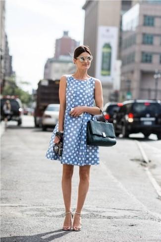Comment porter: robe décontractée á pois bleu clair, sandales à talons en cuir blanches, cartable en cuir noir