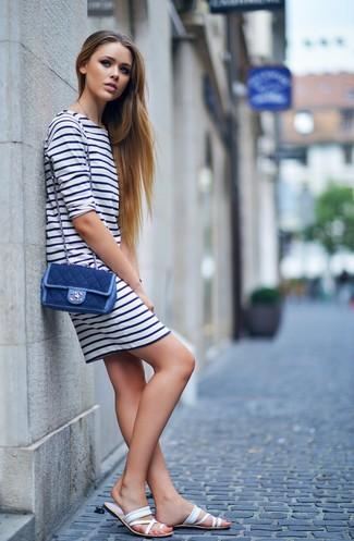 Comment porter: robe décontractée à rayures horizontales blanc et bleu marine, sandales plates en cuir blanches, sac bandoulière en denim bleu marine