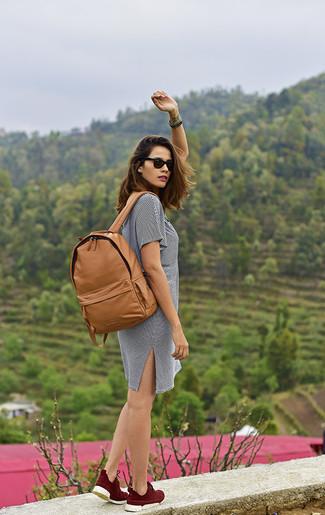 Comment porter: robe décontractée à rayures horizontales blanche et noire, baskets montantes bordeaux, sac à dos en cuir marron clair