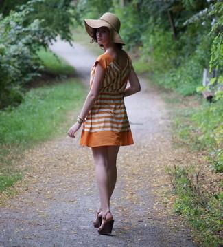 Comment porter: robe décontractée à rayures horizontales orange, sandales compensées en cuir marron foncé, chapeau marron clair