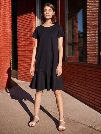 Comment porter: robe décontractée à volants noire, sandales plates en cuir blanches