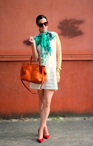 Comment porter: robe décontractée blanche, escarpins en cuir rouges, sac fourre-tout en cuir tabac, écharpe en soie imprimée vert menthe