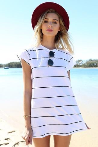 Comment porter: robe décontractée à rayures horizontales blanche et noire, chapeau bordeaux, lunettes de soleil noires, bracelet doré