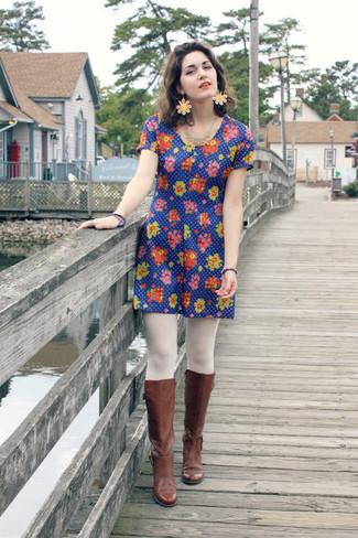 Comment porter: robe décontractée à fleurs bleue, bottes hauteur genou en cuir marron, boucles d'oreilles à fleurs roses, collants blancs
