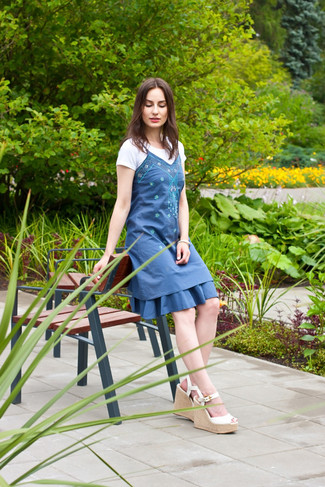 Comment porter: robe décontractée brodée bleue, t-shirt à col rond blanc, sandales compensées en cuir blanches, bracelet blanc