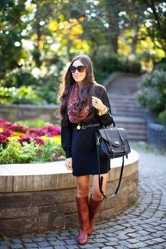 Comment porter: robe décontractée noire, bottes hauteur genou en cuir bordeaux, cartable en cuir noir, ceinture en cuir noire