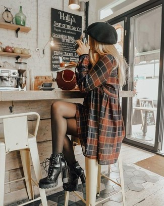 Comment porter un béret: Associe une robe décontractée à carreaux marron avec un béret pour une tenue relax mais stylée. Jouez la carte classique pour les chaussures et complète cet ensemble avec une paire de des bottines à lacets en cuir noires.