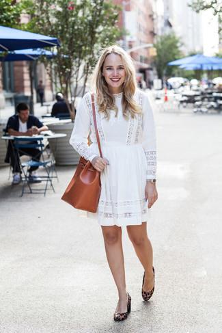 Comment porter: robe décontractée brodée blanche, escarpins en daim imprimés léopard marron, sac bandoulière en cuir tabac