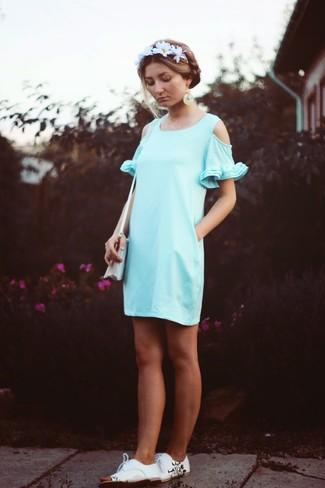 Comment porter: robe décontractée vert menthe, chaussures derby en cuir blanches, sac bandoulière en toile blanc, bandeau à fleurs blanc
