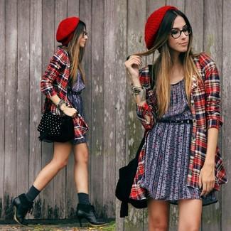Comment porter: robe décontractée imprimée bleu marine, chemise de ville écossaise rouge, bottines en cuir noires, sac bandoulière en daim à clous noir