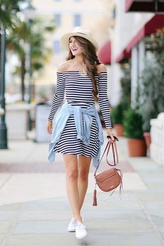 Comment porter: robe décontractée à rayures horizontales blanc et bleu marine, chemise en jean bleu clair, baskets basses blanches, sac bandoulière en cuir marron