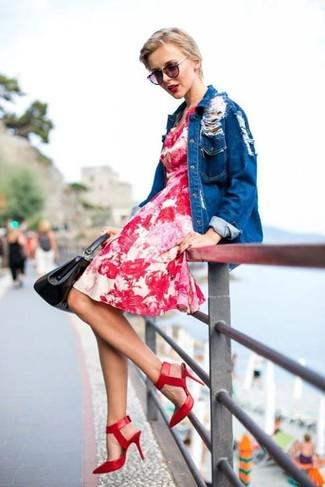 Comment porter des escarpins en cuir rouges: Associe une robe décontractée à fleurs rouge avec un chemisier boutonné en denim bleu pour un look de tous les jours facile à porter. Une paire de des escarpins en cuir rouges est une option parfait pour complèter cette tenue.