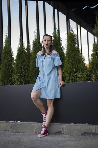 Comment porter: robe décontractée en denim bleu clair, baskets montantes rouges, collier en cuir noir