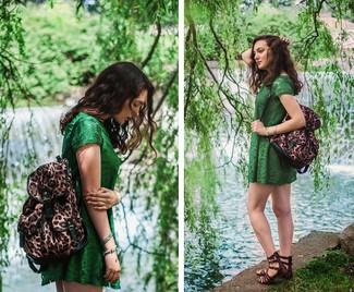 Comment porter: robe décontractée en dentelle verte, sandales spartiates en cuir marron foncé, sac à dos imprimé léopard marron