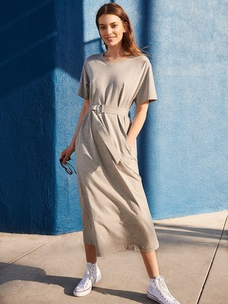 Comment porter: robe décontractée grise, baskets montantes en toile blanches