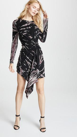 Comment porter: robe décontractée imprimé tie-dye noire, sandales à talons en cuir noires