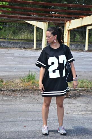 Garde une tenue relax avec une robe décontractée imprimée noire et blanche. Si tu veux éviter un look trop formel, assortis cette tenue avec une paire de des chaussures de sport grises.