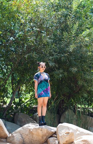 Comment porter: robe décontractée multicolore, bottines en cuir épaisses noires, lunettes de soleil beiges