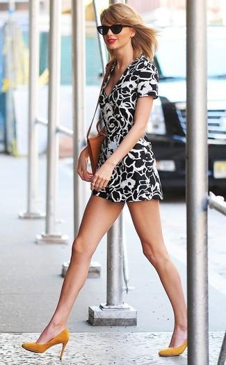Comment porter: robe décontractée à fleurs noire et blanche, escarpins en daim moutarde, sac bandoulière en cuir tabac, lunettes de soleil noires