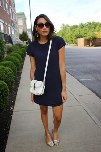 Comment porter: robe décontractée bleu marine, sandales plates en cuir argentées, sac bandoulière en cuir blanc, lunettes de soleil marron foncé