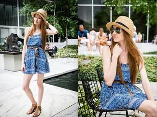 Comment porter: robe décontractée imprimée cachemire bleue, sandales spartiates en cuir marron, chapeau de paille marron clair, ceinture en cuir tressée marron