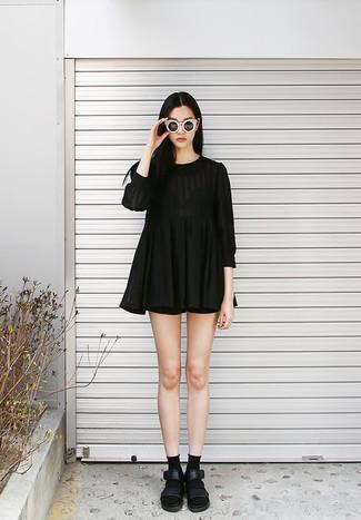 Comment porter: robe décontractée plissée noire, short noir, sandales plates en cuir noires, chaussettes noires