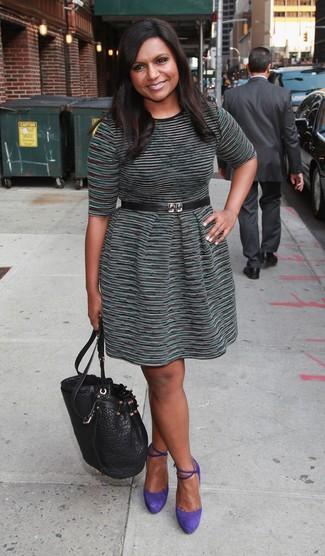 Comment porter: robe décontractée à rayures horizontales vert foncé, escarpins en daim violets, sac bourse en cuir noir, ceinture serre-taille en cuir noire