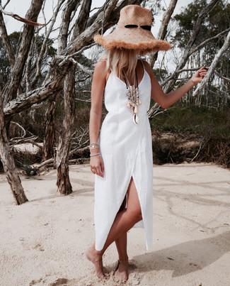 Comment porter: robe drapée en lin blanche, chapeau de paille marron clair, collier beige, bracelet argenté