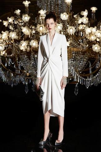 Comment porter: robe drapée blanche, escarpins en cuir argentés, pochette en cuir argentée