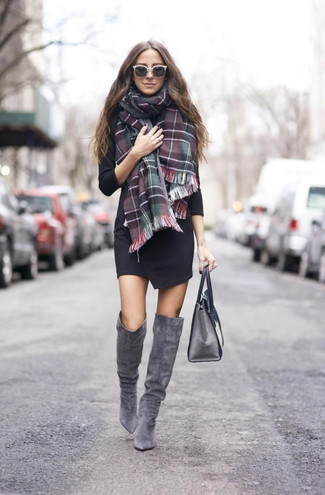 Porte une robe drapée noire pour se sentir en toute confiance et être à la mode. Cette tenue se complète parfaitement avec une paire de des cuissardes en daim grises.