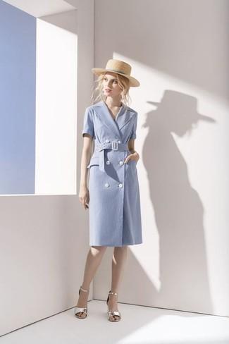 Comment porter: robe drapée en coton bleu clair, sandales à talons en cuir argentées, chapeau de paille beige
