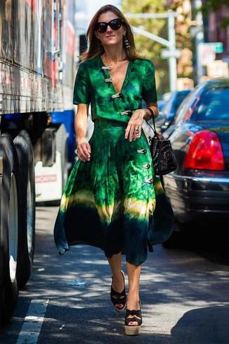 Comment porter: robe drapée imprimé tie-dye verte, sandales compensées en toile noires, sac bourse en daim à clous noir