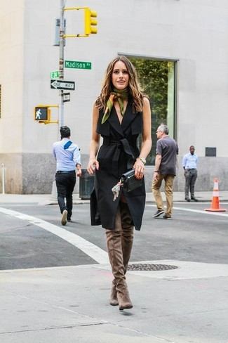 Perfectionne le look chic et décontracté avec une robe drapée noire Tory Burch. Une paire de des cuissardes en daim brunes est une option génial pour complèter cette tenue.