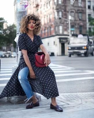 Comment porter: robe drapée á pois noire et blanche, jean déchiré bleu, slippers en cuir noirs, sac bourse en cuir bordeaux