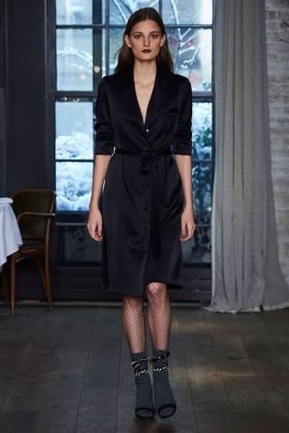 Comment porter: robe drapée noire, sandales à talons en daim noires, chaussettes gris foncé, collants résille noirs