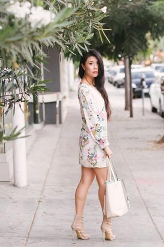 Comment porter: robe droite à fleurs blanche, sandales à talons en daim beiges, sac fourre-tout en cuir blanc
