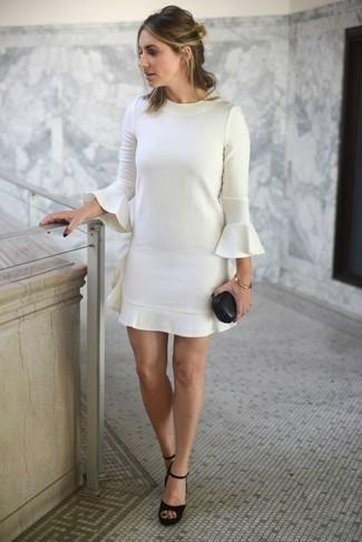 Comment porter: robe droite à volants blanche, sandales à talons en daim épaisses noires, bracelet doré