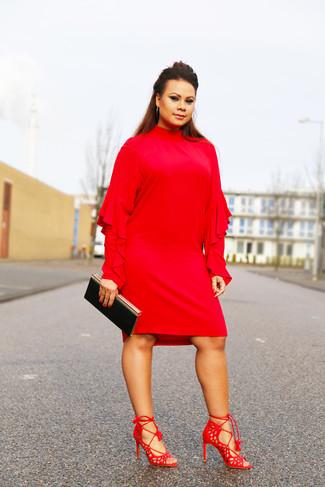 Comment porter: robe droite à volants rouge, sandales à talons en daim rouges, pochette noire