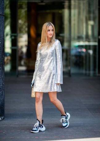 Choisis une robe droite argentée pour achever un look habillé mais pas trop. Une paire de des chaussures de sport bleues apporte une touche de décontraction à l'ensemble.