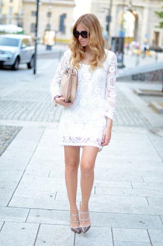 Tendances mode femmes: Porte une robe droite en dentelle blanche pour dégager classe et sophistication. Cet ensemble est parfait avec une paire de des escarpins en cuir à clous gris.