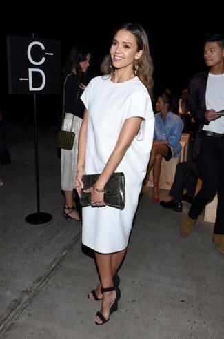 Tenue de Jessica Alba: Robe droite blanche, Sandales compensées en daim noires, Pochette en cuir imprimée serpent gris foncé