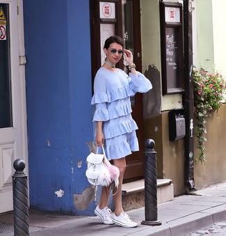 Comment porter: robe droite à volants bleu clair, baskets basses blanches, sac à dos en cuir blanc, montre en cuir beige