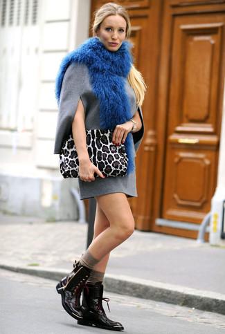 Comment porter: robe droite en laine grise, bottines plates à lacets en cuir noires, pochette en daim imprimée léopard blanche, écharpe en fourrure bleue