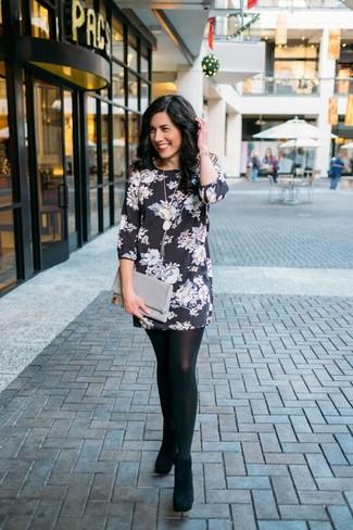 Comment porter: robe droite à fleurs noire et blanche, bottines en daim noires, pochette en cuir grise, bracelet doré