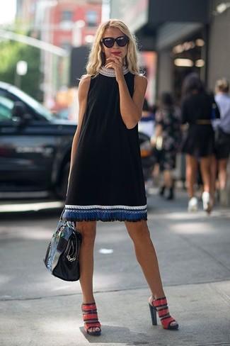Comment porter: robe droite brodée noire, sandales à talons en cuir rouges, sac fourre-tout en cuir noir