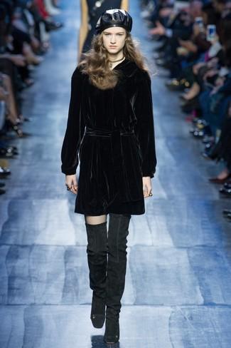 Comment porter: robe droite en velours noire, cuissardes en daim noires, béret en cuir noir, collier ras de cou doré