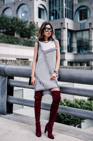 Comment porter: robe droite en tweed grise, cuissardes en velours bordeaux, sac bandoulière en cuir noir, lunettes de soleil noires
