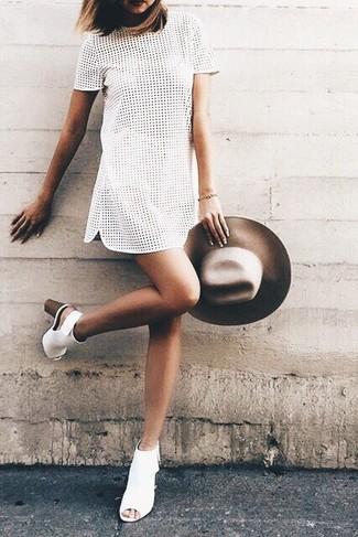 Comment porter: robe droite en broderie anglaise blanche, bottines en cuir découpées blanches, chapeau en laine marron
